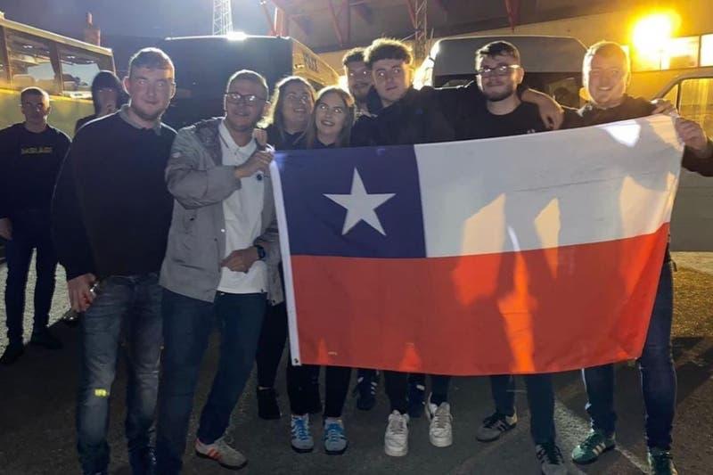 Hermano de Ben Brereton vive duelo del Blackburn como un hincha más con bandera chilena incluida