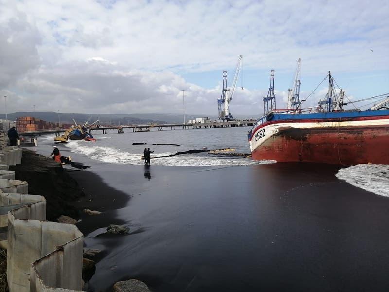 Dos barcos quedaron varados en playa de Coronel tras intensas marejadas
