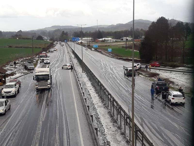 14 autos protagonizan accidente múltiple por granizos en Ercilla: Hay seis personas lesionadas
