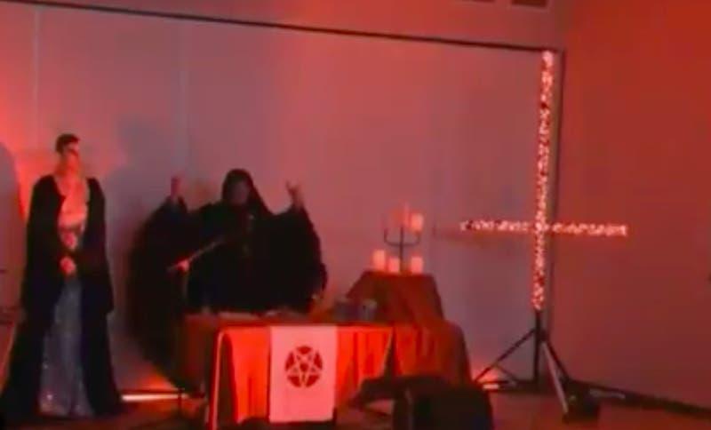 """""""¡Salve, Satanás!"""": Video de ritual satánico se filtra en transmisiones de noticiero australiano"""