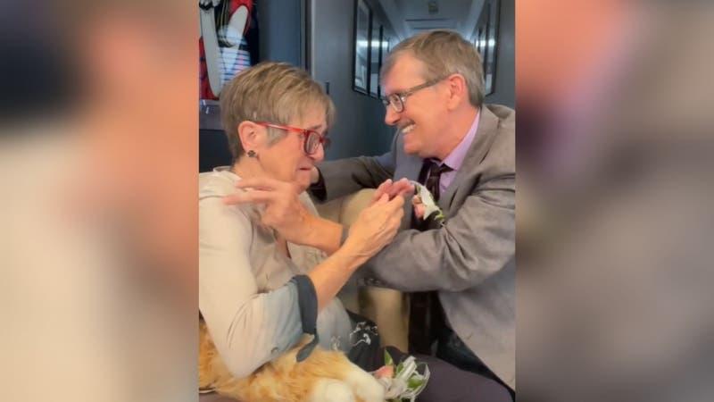 Tienen 45 años juntos: Hombre le pide matrimonio a su esposa con Alzheimer todas las semanas