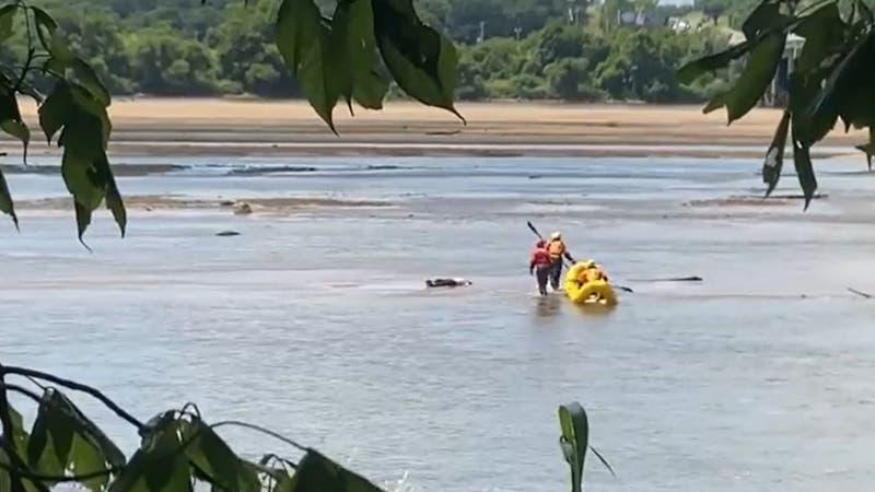 """Rescatan """"cadáver"""" en un río: Era un hombre dormido que estaba tomando sol"""