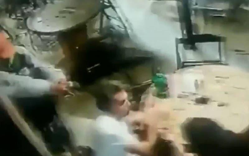 Adolescente intenta matar a su profesor por la espalda en un bar: Trató de dispararle tres veces