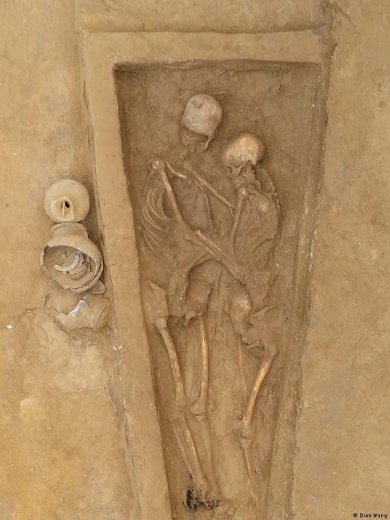 Hallan en China a unos amantes que fueron enterrados abrazados hace 1.500 años