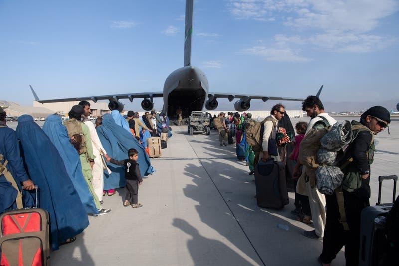 Países occidentales alertan de riesgo terrorista en aeropuerto de Afganistán