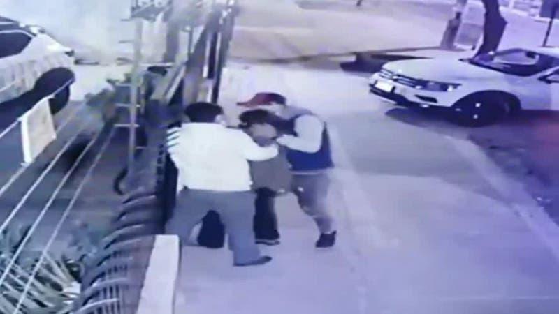 [VIDEO] Ladrones venían caminando: Mujer sufre violento robo de su vehículo en La Reina