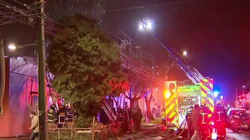 [VIDEO] Incendio afectó al menos dos viviendas en Santiago Centro