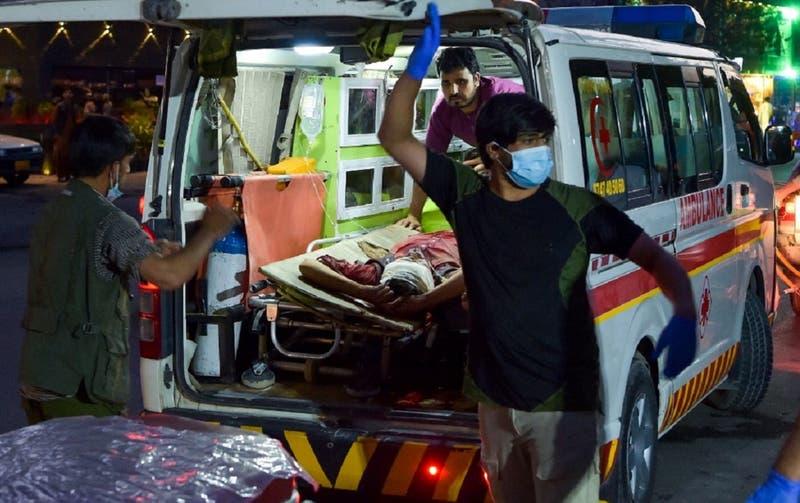Al menos 60 afganos muertos deja explosión a las afueras de aeropuerto de Kabul