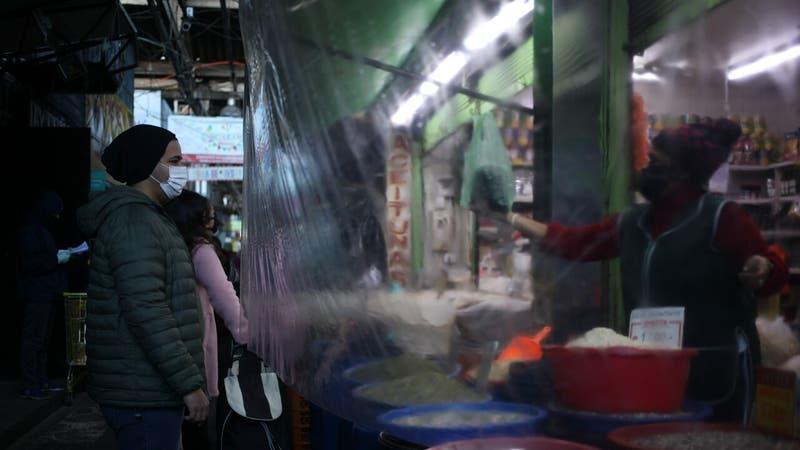 Advierten que barreras de plástico usadas en el comercio no detendrían propagación del COVID-19
