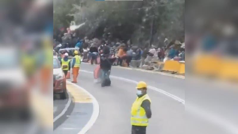 Roban carga de camión volcado en Los Andes: El conductor muerto aún estaba ahí