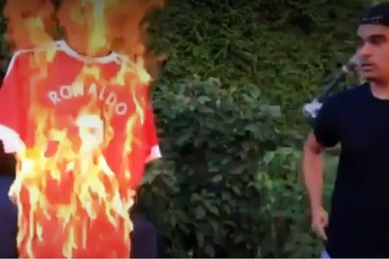 Hincha del Manchester United se adelantó y quemó camiseta de Cristiano pensando que llegaba al City