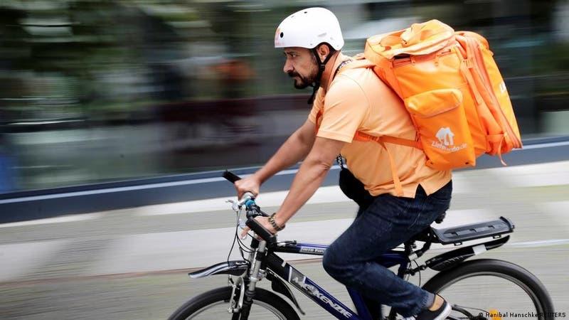 La historia de un exministro afgano que reparte comida en bicicleta en Alemania