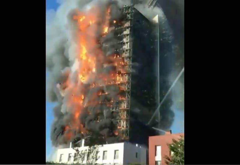 [VIDEOS] Gigantesco incendio consume por completo edificio de 15 pisos en Milán, Italia