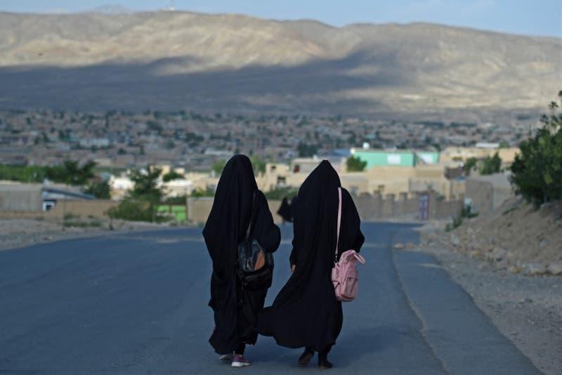 Allamand confirma que recibirán a profesora afgana cuya hermana reside en Chile
