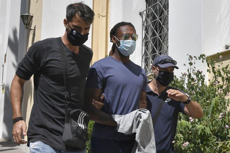 Ruben Semedo (al centro) acusado de violación a menor en Grecia