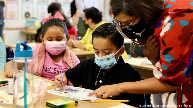 Profesor no vacunado contagia a 26 personas con COVID-19, incluidos 12 alumnos