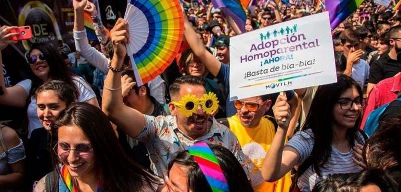 Comisión del Senado aprueba en general incluir a parejas homoparentales al sistema de adopción