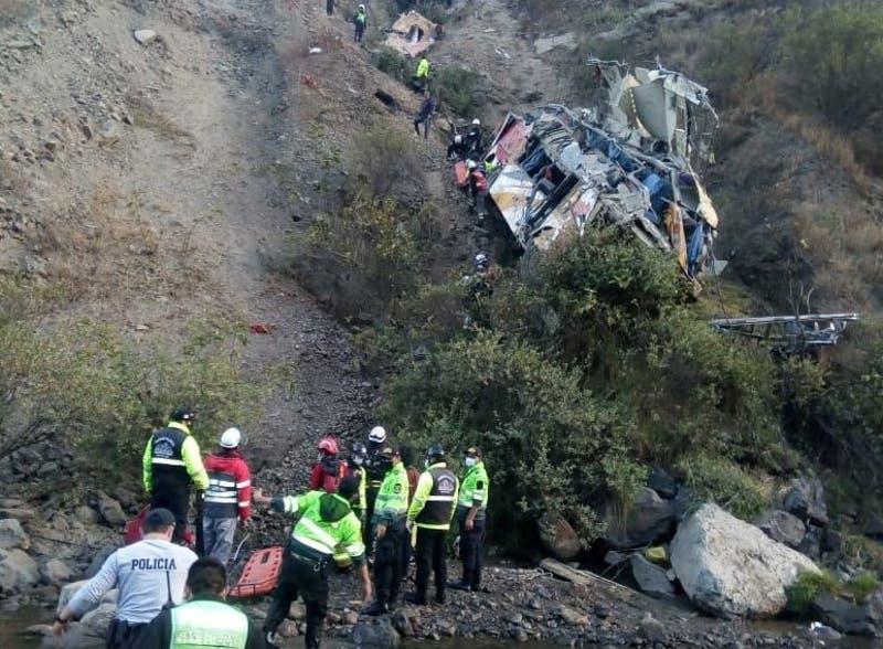 Al menos 29 muertos tras caída de bus a abismo en ruta de Perú