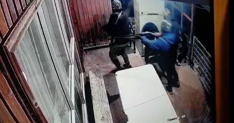 Encapuchados y con armas: Roban tractores y camioneta en Cañete desde inmueble en Cañete