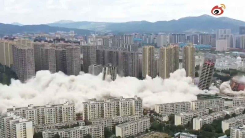 Video registra la espectacular demolición simultánea de 15 edificios