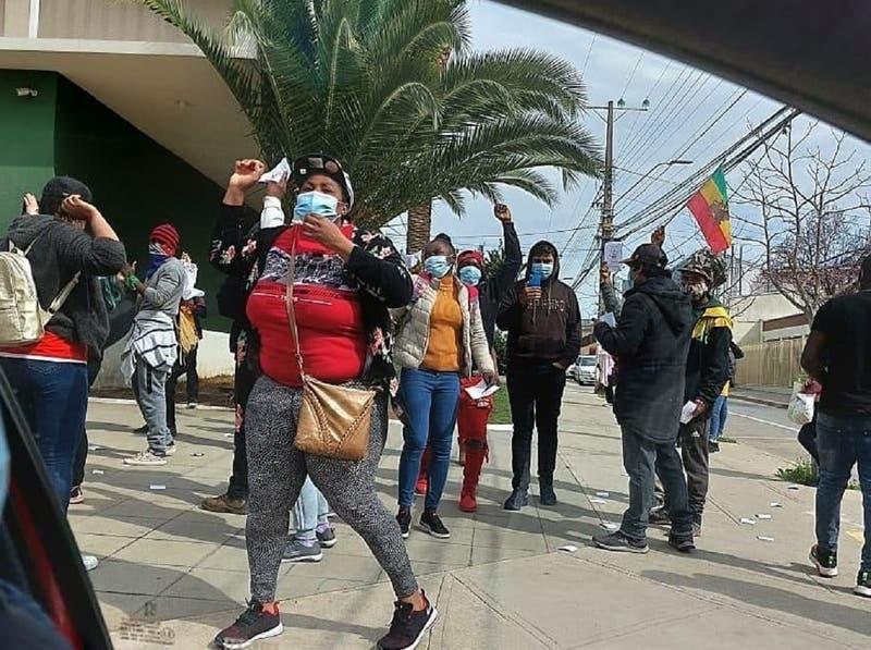 Comunidad haitiana protesta en comisaría tras muerte de hombre en La Ligua