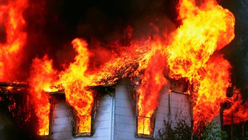 """Mujer incendia casa de su novio para """"darle un susto"""": Murieron el hombre y su hijo de 8 años"""