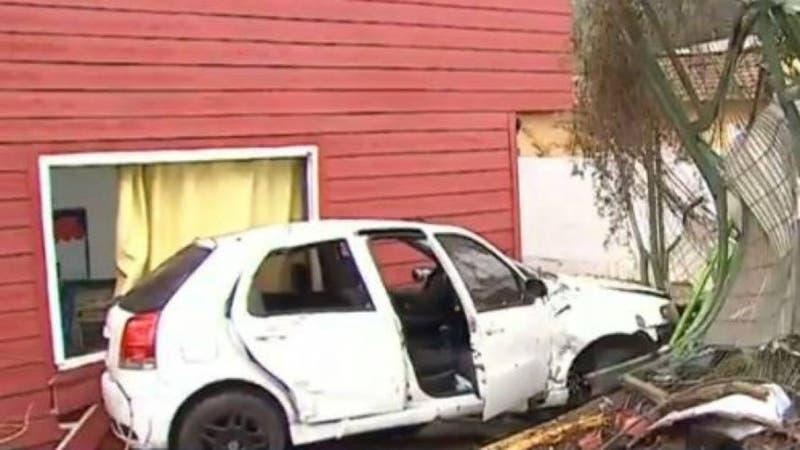 Auto choca contra sala de clases de colegio en La Florida