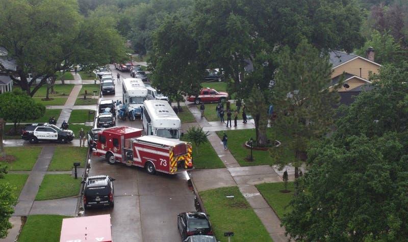 Dos adultos y dos niños son encontrados con heridas de bala tras incendio en Houston