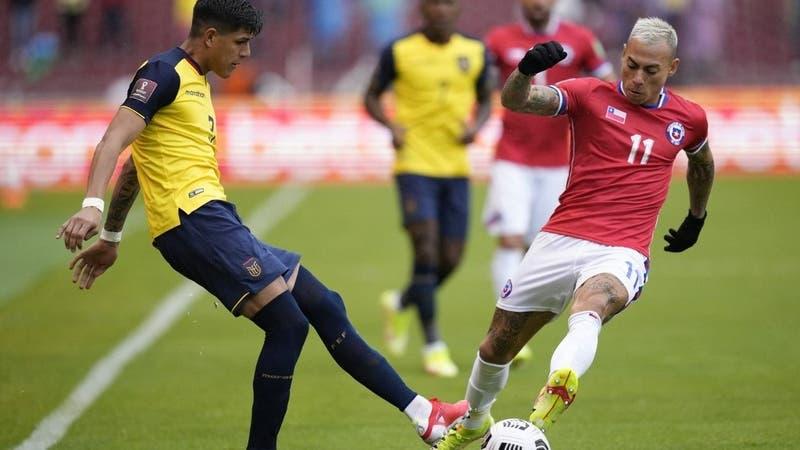Eduardo Vargas queda suspendido para el duelo ante Colombia