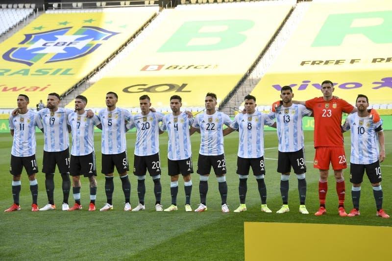 Argentina de Messi llega a Buenos Aires tras polémica suspensión de clásico con Brasil