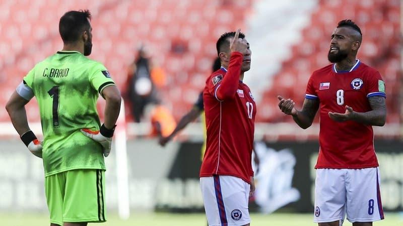 Ojo con las amarillas: Siete futbolistas de La Roja están al borde de la suspensión