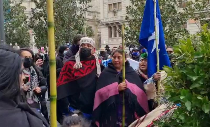 Machi Linconao fue increpada por grupo de mapuches que protestaba frente a la Convención