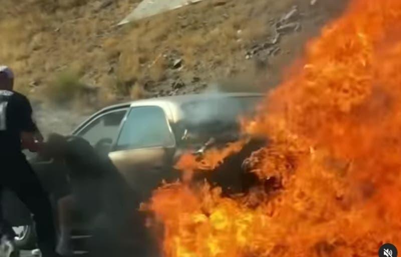 Heroico: Jóvenes rescatan a pareja de adultos mayores que estaban en un auto que se incendiaba