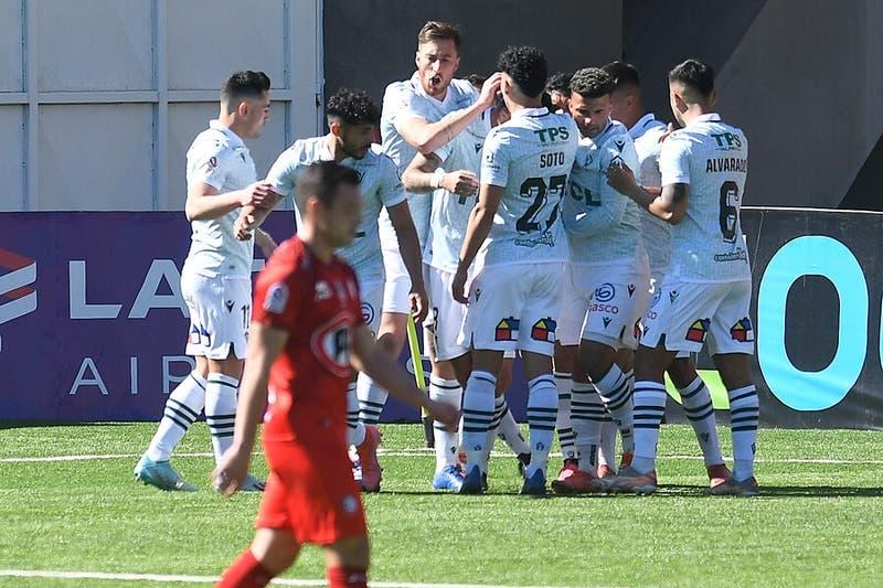 Santiago Wanderers vence a Unión La Calera y logra su primer triunfo en el torneo nacional
