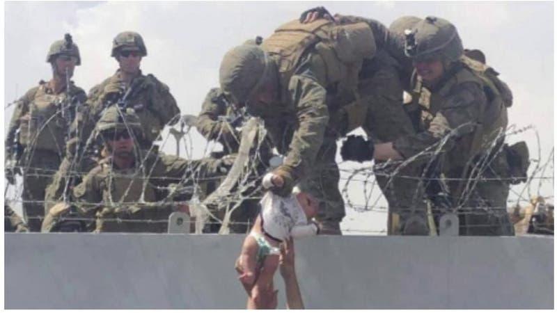 El soldado que ayudó a cuidar a la bebé que pasaron por encima de cables de púas en Afganistán