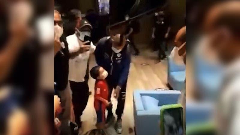El emotivo gesto que tuvo Arturo Vidal con un pequeño hincha en la llegada de La Roja a Barranquilla