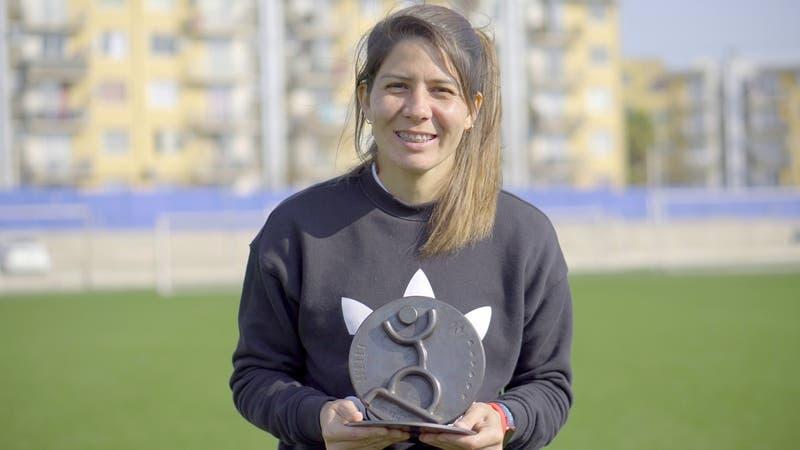 Futbolista nacional Carla Guerrero recibe reconocimiento de Camiseteados