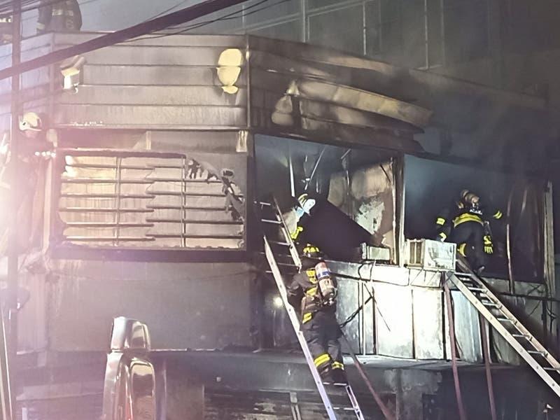 Gran incendio afecta a tres locales comerciales en Recoleta