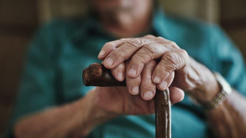 Anciano se equivoca al hacer transferencia y pierde todos sus ahorros: No quieren devolver el dinero
