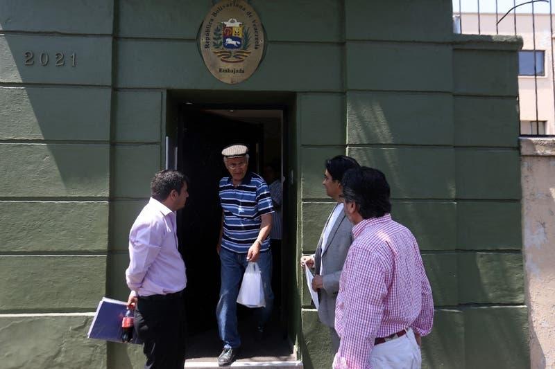 Liberan a periodista chileno bajo prisión domiciliaria en Venezuela