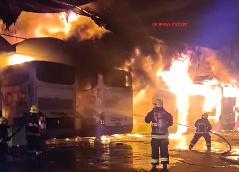 Incendio de gran magnitud se registra en las cercanías del terminal Alameda en Santiago