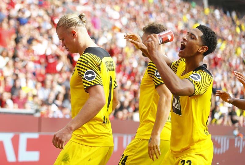 [VIDEO] Lanzan cerveza a jugador del Dortmund en celebración: La atrapó en el aire y se la tomó