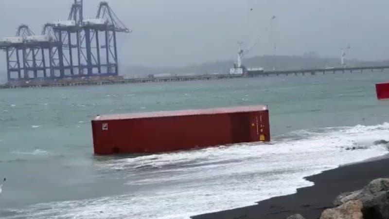 Al menos 5 containers flotan en las cercanías de Puerto Coronel tras temporal en sur de Chile