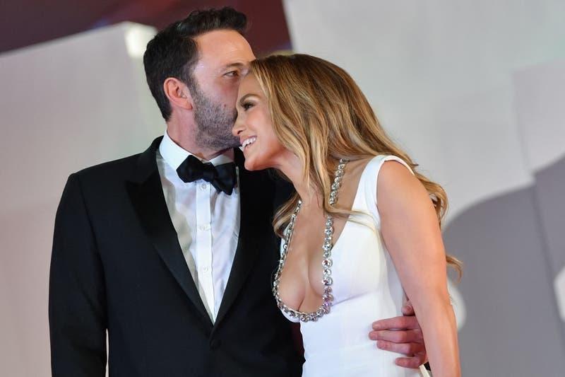 [FOTOS] Ben Affleck le dio un empujón a un fan que se acercó demasiado a Jennifer Lopez