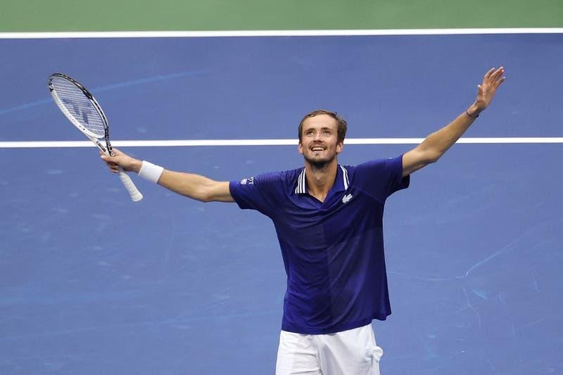 Medvédev se coronó campeón del US Open vapuleando a Djokovic, que se quedó sin récord