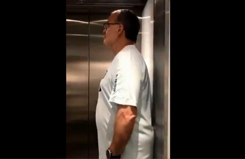 [VIDEO] La viral reacción de hincha del Leeds que se encontró a Marcelo Bielsa en un ascensor