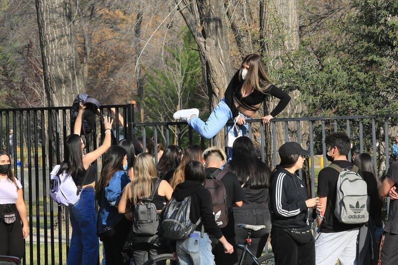 Seremi de Salud pide a asistentes de fiesta en Parque Padre Hurtado hacerse PCR preventivo