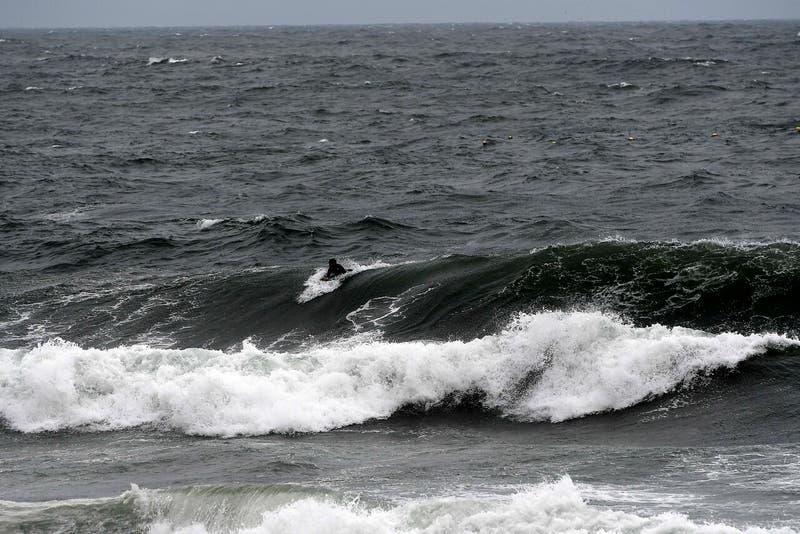 Un hombre se ahogó al adentrarse al mar en El Quisco y en Cobquecura, tres personas están desaparecidas desde el sábado tras ser arrastradas por el mar.