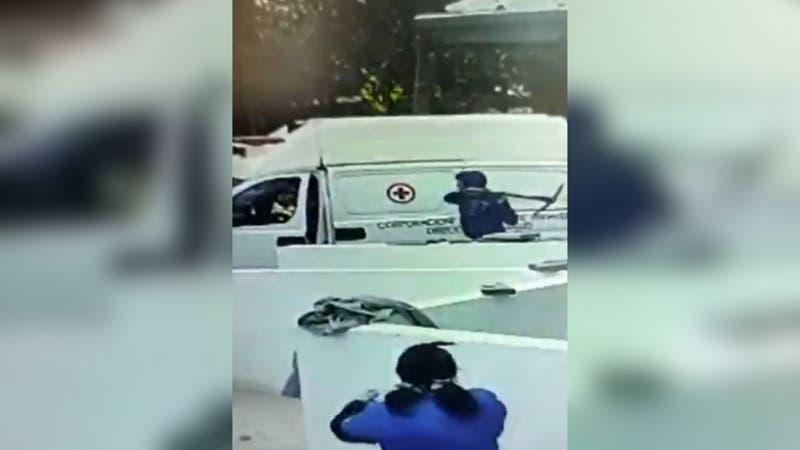 """Detienen a sujeto que atacó con una """"picota"""" a personal de salud y una ambulancia en Pudahuel"""