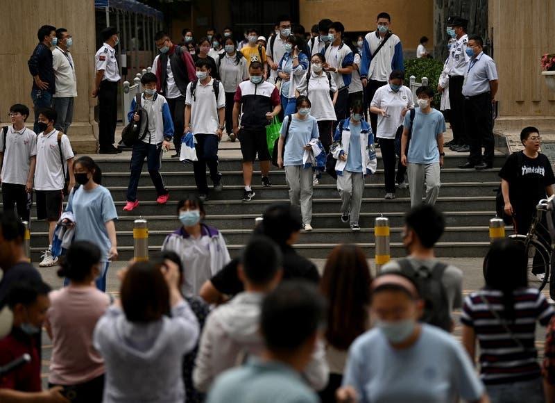 China trata de contener un brote de COVID-19 entre escolares